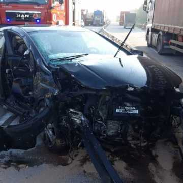 Wypadek na DK1 niedaleko Radomska. Kierowca prawdopodobnie zasnął