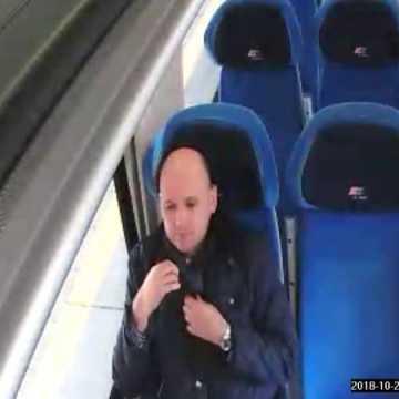 Przywłaszczył plecak w pociągu