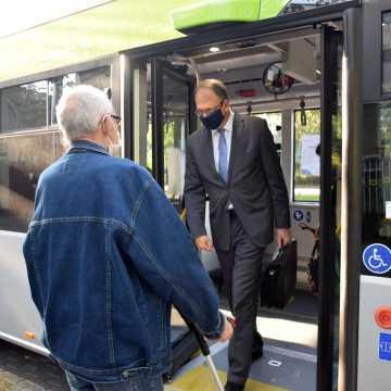 Dzień bez samochodu: prezydent przyjechał do pracy autobusem