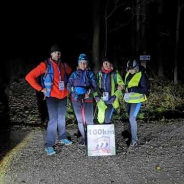Pieszy Maraton Niepodległości: 14 uczestników przeszło 100 km