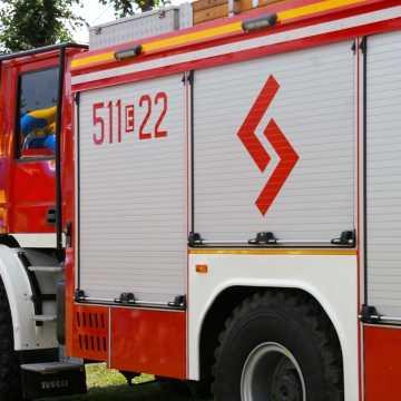 85-latek czyścił komin. W zejściu z dachu musieli pomóc strażacy