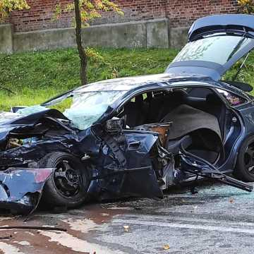 Poważny wypadek na ul. Wyszyńskiego w Radomsku. Samochody zmiażdżone. Jeden z kierowców uciekł
