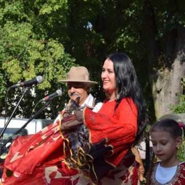 """Barwne stroje i żywiołowy taniec. Koncert """"Krystiano&Romen"""" na placu 3 Maja"""