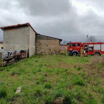 Wiatr uszkodził dach budynku gospodarczego w Kamieńsku