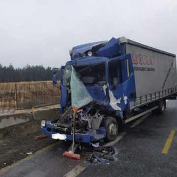 Kolizja dwóch aut ciężarowych na krajowej jedynce