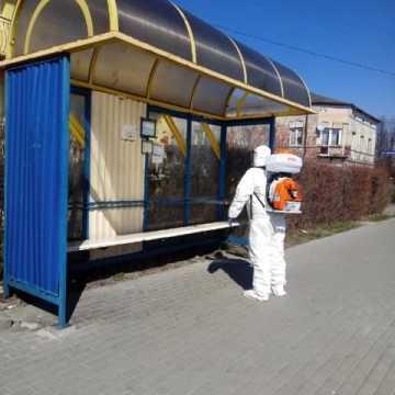 Druhowie z OSP w Gomunicach przeprowadzali dezynfekcję