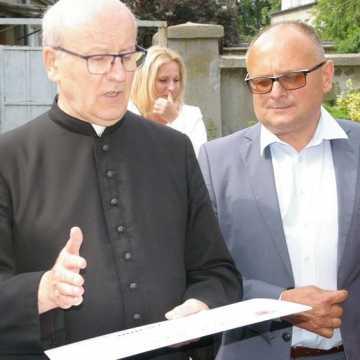 Marszałek wręczył czeki na renowację zabytków