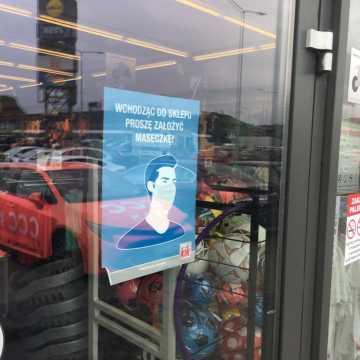 Rzecznik MZ: apeluję do właścicieli sklepów, by nie wpuszczać ludzi bez maseczek