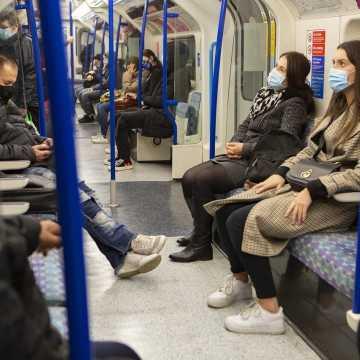 Lewica: kary za brak maseczki w transporcie publicznym wpisać do prawa przewozowego