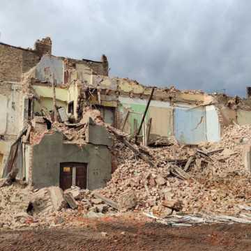 [WIDEO] Trwa wyburzanie kamienicy przy ul. Reymonta w Radomsku. Powstanie tam parking