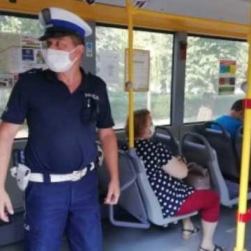 Policjanci sprawdzają, czy mieszkańcy noszą maseczki lub przyłbice