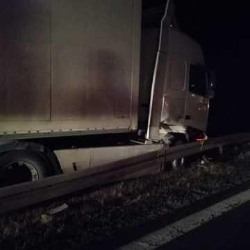 Na DK1 ciężarówka wjechała w barierki