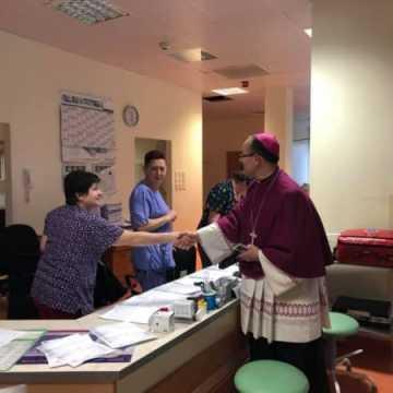 Wizyta ks. bp Andrzeja Przybylskiego w Światowy Dzień Chorego w szpitalu w Radomsku