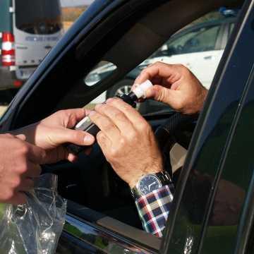 Dobryszyce: kierowca miał 4 promile! Jechał od krawędzi do krawędzi