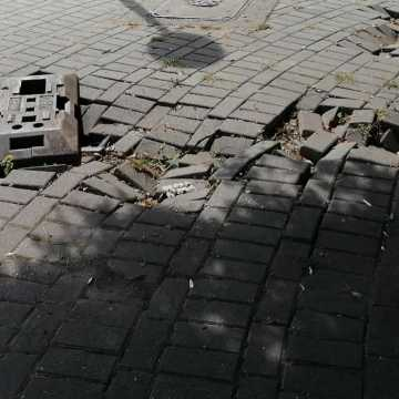Zdewastowany chodnik na placu 3 Maja w Radomsku