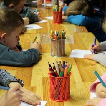 Od poniedziałku stacjonarnie pracują przedszkola, zerówki oraz żłobki