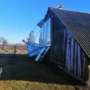 Silny wiatr poderwał blaszany garaż
