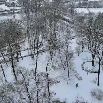 [WIDEO] Zima w Parku Świętojańskim w Radomsku. Tak wygląda z lotu ptaka