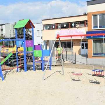 Na skwerze przy ul. Piastowskiej w Radomsku powstaje plac zabaw