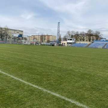 Na boiskach w Radomsku trwa pielęgnacja murawy