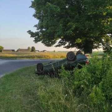 Samochód dachował i leży w rowie. Policjanci szukają właściciela