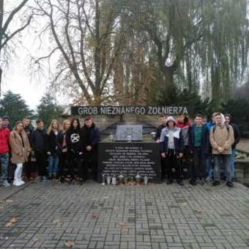 Wycieczka z uczniami technikum śladem lokalnych miejsc pamięci narodowe