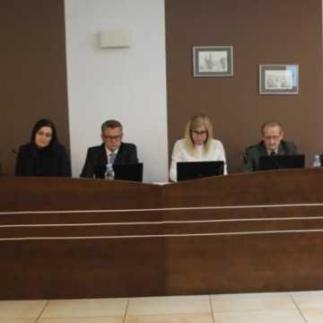 Sesja w powiecie: o zmianach w szkołach, petycjach mieszkańców