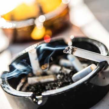 Nowe badania pokazują związek między paleniem papierosów a Covid-19