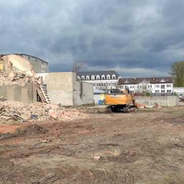 Trwa wyburzanie kamienicy przy ul. Reymonta w Radomsku. Powstanie tam parking