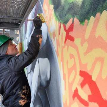 U naszych sąsiadów: Ewa i jabłko na muralu w Bełchatowie