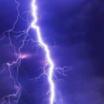 Meteorolodzy ostrzegają przed silnym wiatrem oraz burzami z gradem