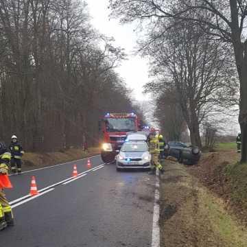 76-latek stracił panowanie nad pojazdem. Samochód dachował