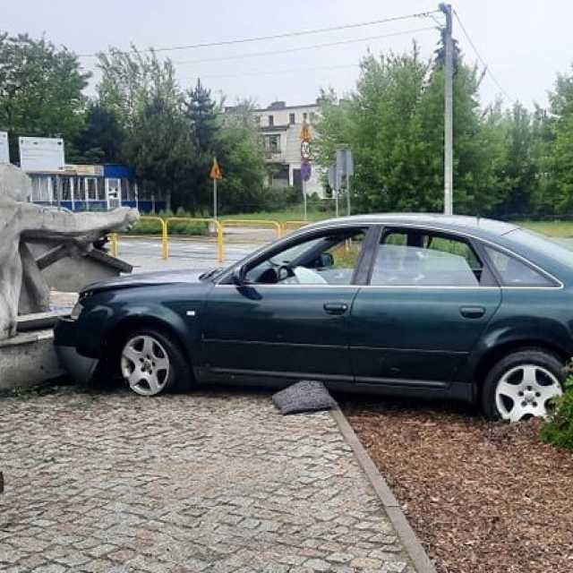 """[AKTUALIZACJA] Kierowca audi wjechał w """"wioślarza"""" przy MDK w Radomsku"""