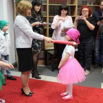 Pasowanie nowych czytelników biblioteki w Radomsku