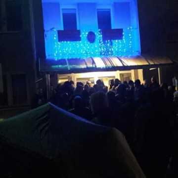 Nocny tłok przed budynkiem starostwa w Radomsku. Komentarz urzędu: Nie trzeba stać w kolejce