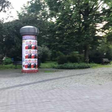 Plakaty Andrzeja Dudy zawisły tam gdzie nie powinny