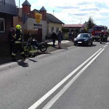 [AKTUALIZACJA] Czołowe zderzenie osobówki z motocyklem w Woli Jedlińskiej