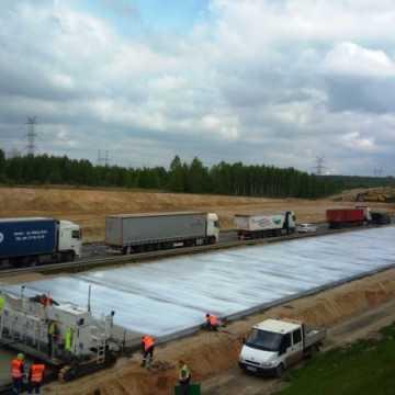 Na odcinku Radomsko – granica woj. łódzkiego autostrady A1 ruszyło układanie nawierzchni betonowej