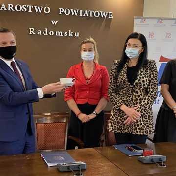 Są pieniądze na remont łazienek w DPS w Radomsku. Wicemarszałek woj. łódzkiego przywiózł umowę