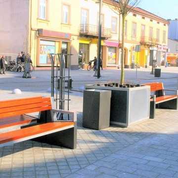 Na ul. Reymonta trwa montaż obiektów małej architektury. Kiedy zostanie przywrócony ruch?