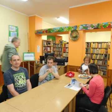 Popołudniowe czytanie w bibliotece
