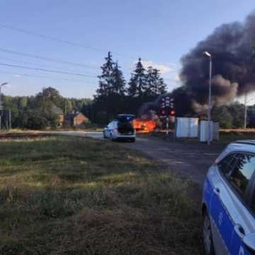Uciekał przed policją. Samochód stanął w płomieniach. W bagażniku znaleziono broń myśliwską
