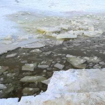 Policjanci ostrzegają przed wchodzeniem na niebezpieczny lód