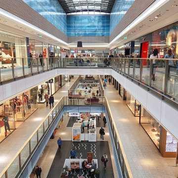 Minister Emilewicz: pracujemy, jak pogodzić bezpieczeństwo Polaków z działalnością centrów handlowych