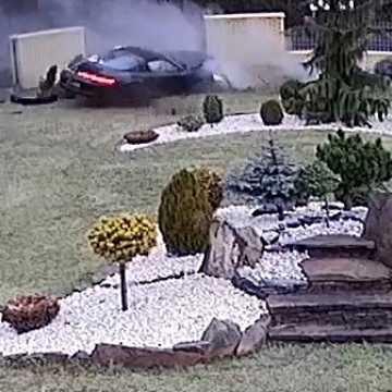 Ukradł Porsche w Szwajcarii. Na terenie gm. Gomunice rozbił pojazd. Szuka go policja