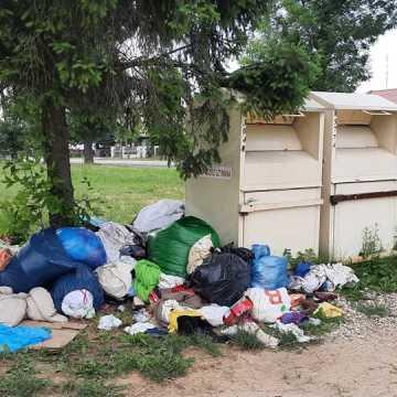 Bałagan przy kontenerach na używaną odzież
