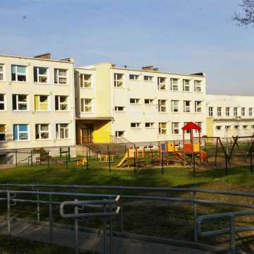Coraz więcej przypadków COVID-19 w szkołach w Radomsku