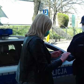 Policjanci rozdają maseczki mieszkańcom miasta i powiatu