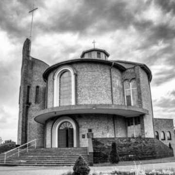 W mszach w parafiach w Radomsku i Kodrębie uczestniczyły osoby zakażone koronawirusem. Sanepid apeluje do wiernych