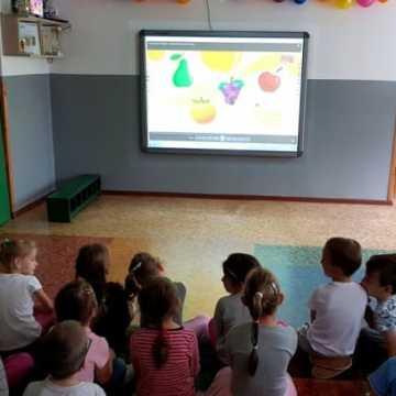 Przedszkolaki uczą się angielskiego przy pomocy tablicy interaktywnej